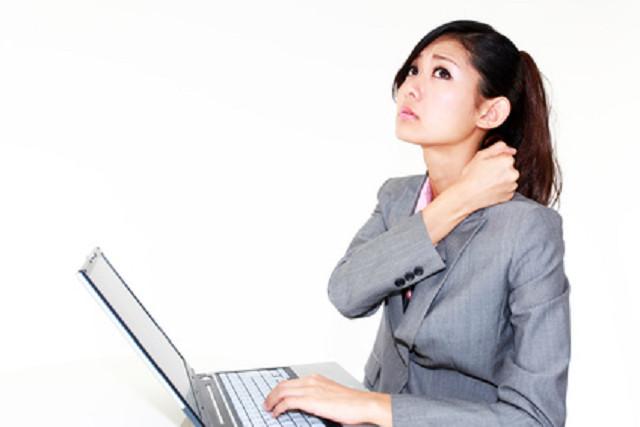 肩こりのつらい症状に悩む女性
