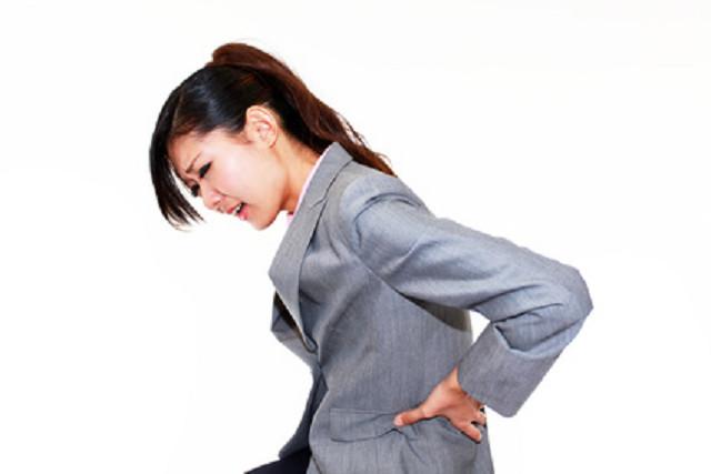 つらい腰痛の症状に悩む女性